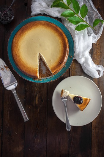 じっくり焼き上げたベイクドチーズケーキ。しっかり冷やしたレアチーズケーキ、黒く焼き上げ中はとろとろの最近話題のバスクチーズケーキなど…種類も豊富なチーズケーキ。今回は都内のおすすめチーズケーキ屋さんとお家でも作れる美味しいチーズケーキのレシピをご紹介したいと思います。