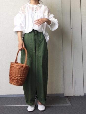 「カゴバック×バレエシューズ」の組み合わせはおしゃれなパリジェンヌそのもの!足取り軽やかにお出かけしたい春におすすめのコーデです。