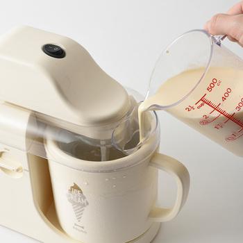 材料を入れてスイッチをいれるだけで、簡単にアイスクリームやシャーベットが作れます。2つのカップで同時に作ることができるので、違う味を同時に楽しむことも可能。