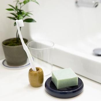 美濃高田焼で作られた歯ブラシ立ては、漁で使われる重りがモチーフ。シックなカラーバリエーションで、和洋どちらにも似合います。