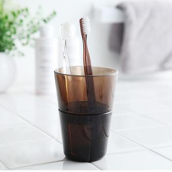 中にある仕切りで歯ブラシ同士がくっ付かない歯ブラシ立てです。歯ブラシ同士がくっ付かないから、衛生的で◎。