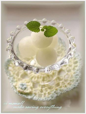 製氷皿を使ってつくるまん丸シャーベット。りんごジュースを使ってお手軽に。
