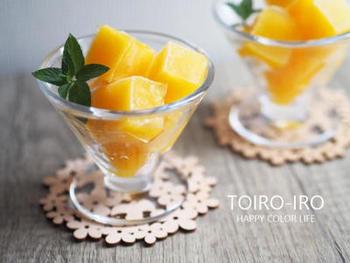 オレンジジュースでつくったゼリーを凍らせて一口サイズのシャーベットを。不思議な食感も楽しめます。