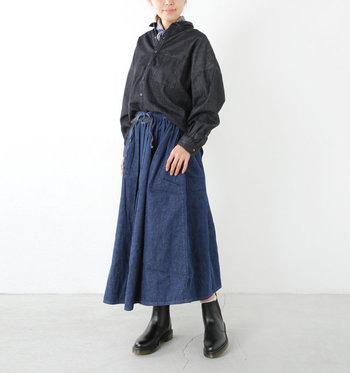 黒デニムシャツにインディゴデニムスカートを合わせたコーディネート。同素材なので、違和感なくスタイリッシュに着こなせます。首元からスカーフを覗かせアクセントをプラス。