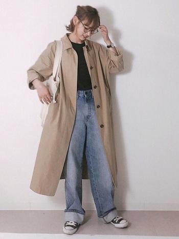 ハイライズのワイドストレートジーンズ。細すぎず、太すぎずの太さでガーリーにもカジュアルにも自由に着まわしできます♪ヴィンテージ感のある色味で、履くだけでお洒落に見せてくれるのが嬉しい。大きめのステンカラーコートと合わせて今年らしいスタイリングが素敵です。