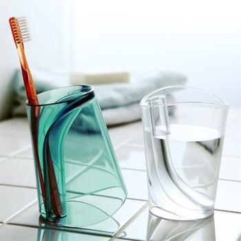 歯ブラシスタンド?それともコップ?二つが一体化した便利なアイテム。ひっくり返せば水が切れて、乾きも早い。見た目もおしゃれです。