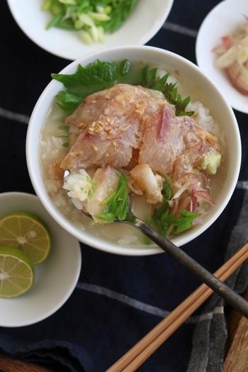 しょうゆで漬けにした鯛のお刺身に熱い出汁をかけて。ワサビがアクセント。