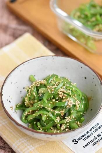 〈冷蔵保存:3日〉 こちらは鮮やかなグリーンが綺麗な「やみつきおかかピーマン」。切ったピーマンにごま油を絡めレンジで加熱して、調味料で味付けしたらあっという間に完成です。調理時間5分ほどで手早く調理できるので、お弁当のおかずにはもちろんのこと、朝食や晩ご飯の副菜にもぜひおすすめです。
