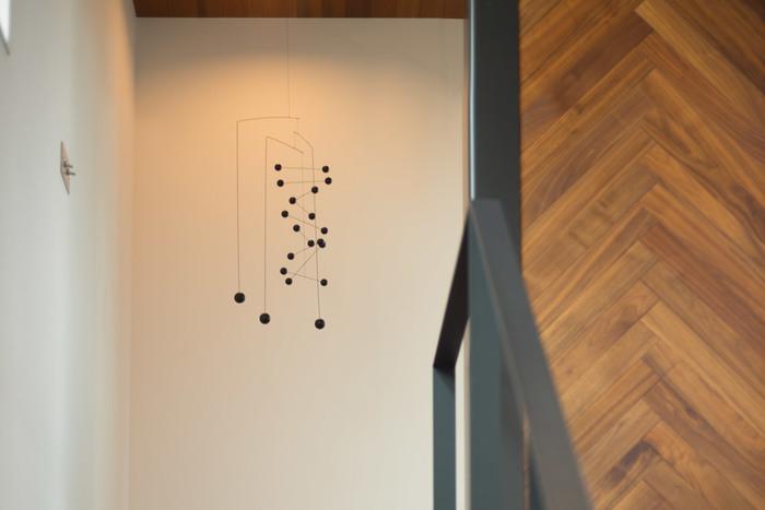 縦長に吊るされたデザインのCounterpoint。不規則に並ぶ球が、まるで音符を表しているかのようです。