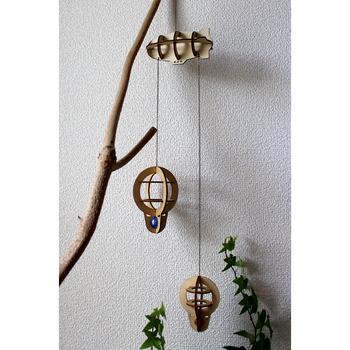 ナチュラルな木のモビールは、飛行船と気球がモチーフ。子ども部屋だけでなく、シンプルなお部屋のポイントとしても◎。