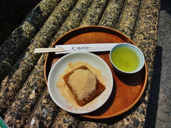 北海道では木の葉型の「べこ餅」、餡の入らないちまきのような山形の「笹巻き」や鹿児島の「あくまき」など様々。その土地ならではの食文化も大切にしていきたいですね。  ※写真は「あくまき」です。