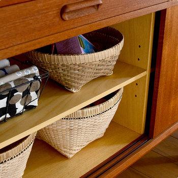 カゴは最強のお助けアイテムです。 色んなものが混在するリビングの棚にもこんな風に並べておけば、中身はなんであろうとおしゃれなカフェ風に♪