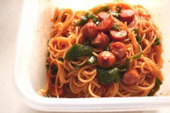包丁を使わず、スパゲティや野菜をレンジにかけるだけの超簡単ナポリタン。時間がないときやお弁当作りに役立つアイデアですね。