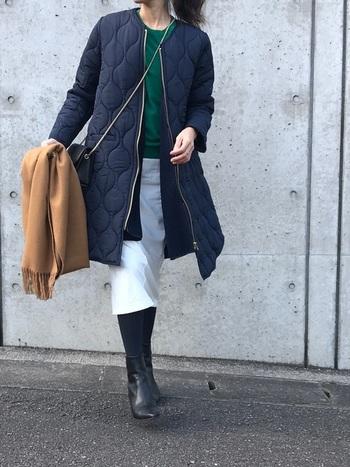 こちらの色味はホワイト。白はコーデが洗練された印象になりますね。すっきりシルエットなので、着こなしもしやすいです。スカートをポイントに寒色でまとめたコーデは、クールでかっこいい印象です。