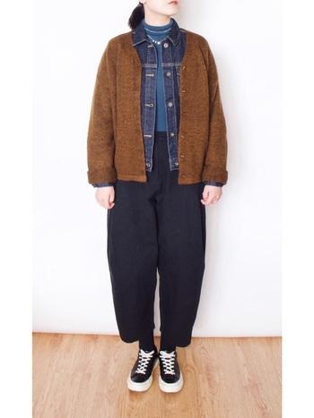 デニムジャケットはアウターとして羽織るだけでなく、コートの中にインして着るのもおすすめです。外に着るアウターよりもワンサイズ小さいものだとコンパクトなシルエットになり、綺麗にまとまります。きれいめのコートのカジュアルダウンにも最適です。