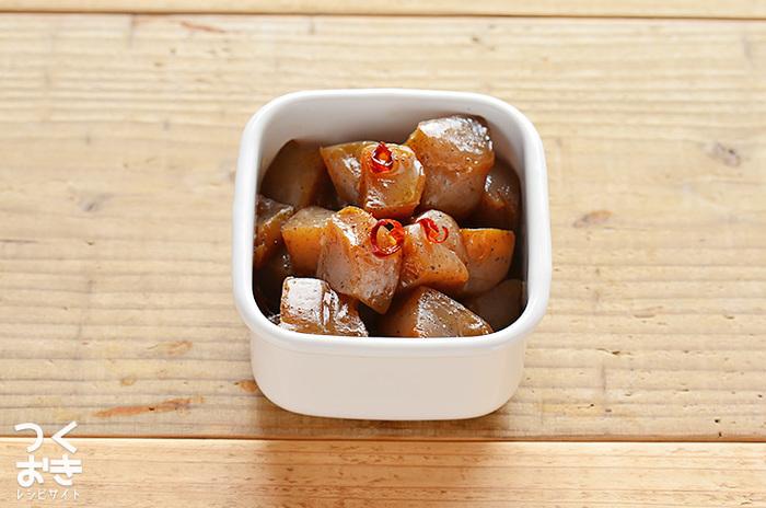 〈冷蔵保存:7日〉 こちらはプリプリッとした独特の食感と、唐辛子のピリっとした風味が美味しい「炒りこんにゃく」です。美味しく作るコツは、こんにゃくは包丁で切らずに手やスプーンでちぎること。でこぼこした断面を作ることで、煮汁の味が染み込みやすくなるそうです。