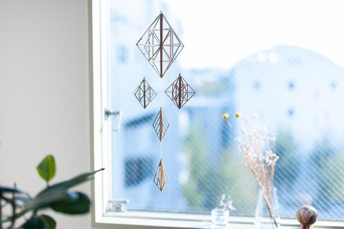 ヒンメリをモチーフにした木製モビールは、豊かな表情を見せてくれます。窓辺にあると素敵ですね。ナチュラルなインテリアのお部屋にどうぞ。