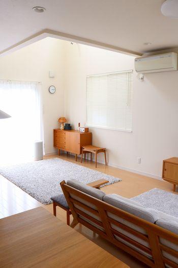 ソファやテーブル、カーペットをまっすぐに整えます。きちっとそろえられたお部屋は、空気さえキレイに整ったように感じられるから不思議。