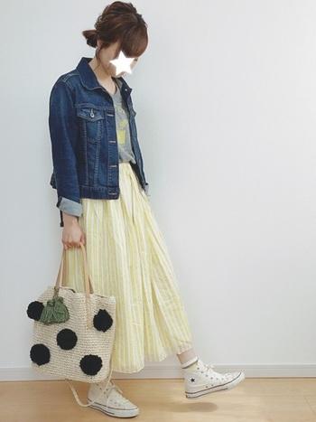 ユニクロのデニムジャケットは、トレンド感と着心地、色味にこだわって作られているので、羽織るだけでコーデがワンランクアップ。イエローのスカートのふんわり感とジャストなジャケットのサイズ感で清楚で爽やかなコーデになっています。夏は肩掛けや腰に巻いても楽しめそうです。