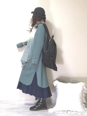 ロングワンピと重ね着することで、プリーツの裾部分がちらりと見える、ゆったりキュートなスタイル。プリーツデニムスカートは、着まわしやすさも魅力です。