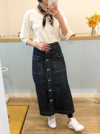 首元に「スカーフ」を巻くだけで、カジュアルな印象から上品な大人スタイルに変化します。簡単なので、デニムスカートのときにぜひ試してみてくださいね。