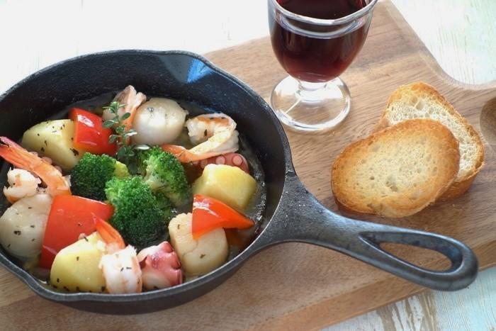 タコとホタテ、ブロッコリーやパプリカなどの野菜をアヒ―ジョに。「季節によって、お好きな野菜を入れてください」(作成したさっちんさん)。
