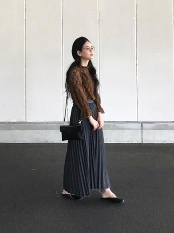 いつもとちょっと違ったデニムスカートコーデをしたいな…と思った方は、上品な雰囲気を作れる「プリーツスカート」タイプがおすすめ。透け感が素敵なレースのトップスで、さらに女性らしい印象に。