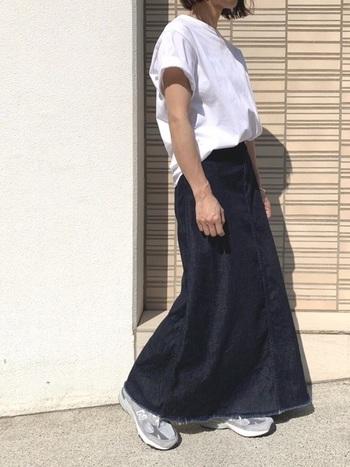 使い勝手の良いロング丈のデニムスカートは、一つ持っておくとコーディネートの幅がぐんと広がります。あなたのお気に入りの一着を見つけて「デニムスカートコーデ」を楽しんでくださいね。