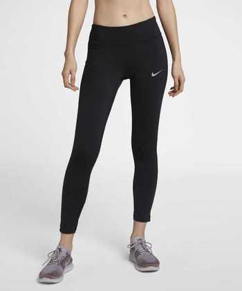 ボトムは身体にフィットしたものが足の動きを妨げず走りやすいです。サポート力のあるものを選べば怪我を予防し、筋肉の疲れを軽減してくれます。ショートパンツやランニングスカートを重ね着しても◎