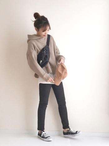 全体をキュッと引き締める印象のスキニーは、リラックスしたいオフの日コーデをスタイルアップしてくれる一着。 バッグや靴などの小物の色を合わせることで、全体がまとまりバランスの整ったスタイリングになります。