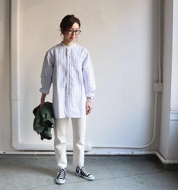 これからの季節にぴったりの爽やかなストレートシルエットの白デニムは、白シャツやスニーカーと合わせて、シンプルかつ洗練された清潔感溢れるスタイルに。 あえて飾りやポイントを何も加えないことで、白デニムのパキっとした潔さが際立ちます。