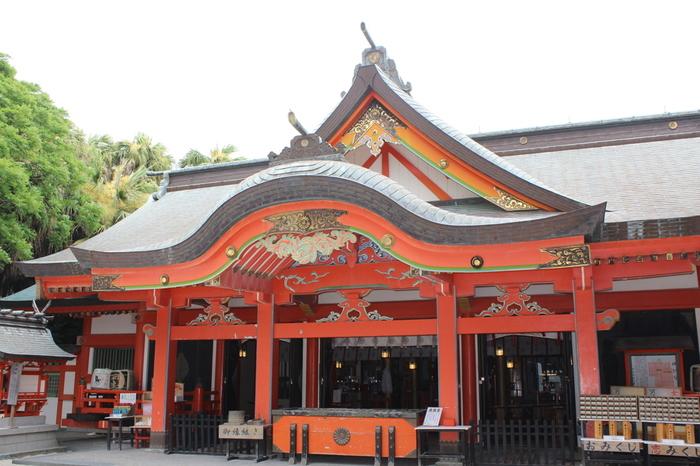 こちらは、青島のほぼ中央に鎮座する「青島神社」。青島全島が境内になっていて、参道が砂地になっているのが特徴です。彦火火出見命・豊玉姫命・塩筒大神がご主祭神で、縁結び・交通安全・航海などの御利益があります。