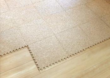 フローリングの床にはマットやカーペットを敷いてあげることで、滑りにくくすることができます。お手入れしやすいのはコルクマット。ジョイントマットなら好きな大きさで敷き詰めることができます。