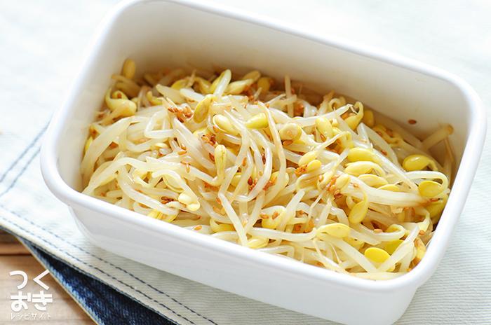 〈冷蔵保存:4日〉 お弁当に「白」のおかずを一品加えるだけで、カラフルなおかずの色がより鮮やかに引き立ちます。こちらは豆もやしで作る簡単ナムルのレシピです。ポリポリとした豆もやし独特の食感も美味な一品。もやしを茹でる時に一工夫加えることで、より美味しく仕上げることができます。
