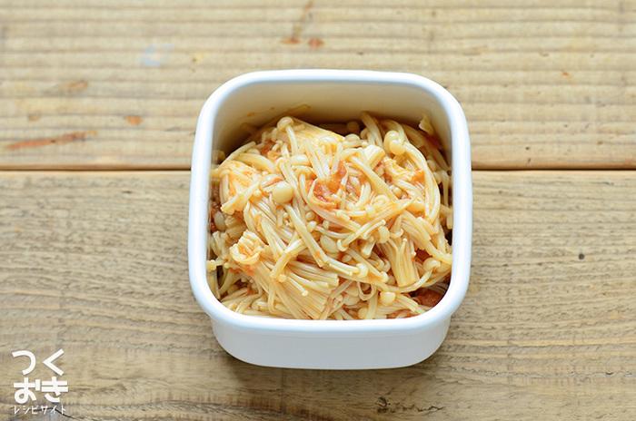 〈冷蔵保存:4日〉 こちらはシャキッとした食感が美味しいエノキを、梅ペーストとかつお節で和えた簡単常備菜です。レシピでははちみつ漬けの梅干しを使用していますが、お好みでほかの梅干しを使用しても◎。梅干しの大きさや塩分濃度によって、おかずの塩味が変わるそうです。色々な種類の梅干しを使用して、味の変化を楽しんでみてはいかがでしょうか。