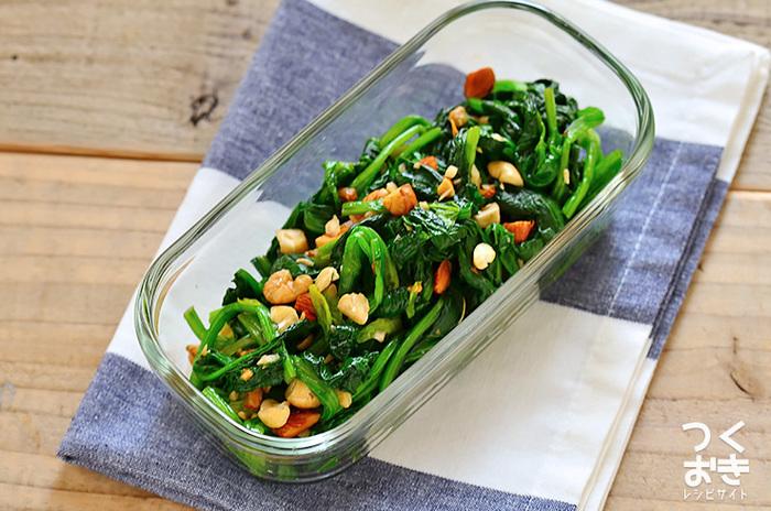 〈冷蔵保存:4日〉 茹でたほうれん草にオイスターソースをベースにした調味料を絡め、ナッツをトッピングした見た目もおしゃれな和え物です。レシピではトッピングのナッツにアーモンド・カシューナッツ・クルミを使用していますが、お好みでそのほかの種類のナッツを使用しても◎。ほうれん草を少し固めに茹でることも、より美味しく仕上げるための大事なポイントです。