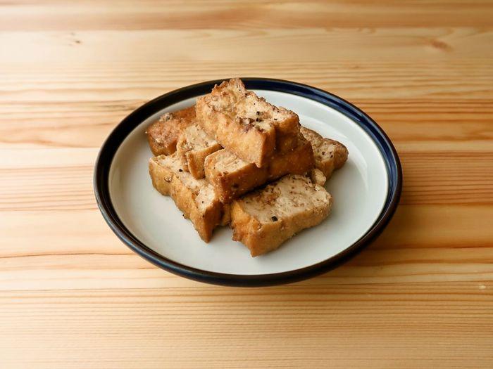 〈冷蔵保存:5日〉 作り置きできて日持ちする「茶色」の副菜も、お弁当用に一品は常備しておきたいですよね。こちらは厚揚げをマヨネーズで炒めて、コンソメ・醤油・ニンニクなどの調味料で味付けしたユニークな照り焼きです。お好みでナッツ類を加えても美味しくいただけます。