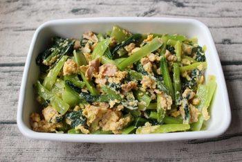 カルシウム、ビタミン、鉄など栄養を豊富に含む小松奈で作る常備菜。フライパンを使わず電子レンジで加熱。ツナ缶を利用して時短。洗い物も少なくできるので風邪をひいている時にピッタリです。