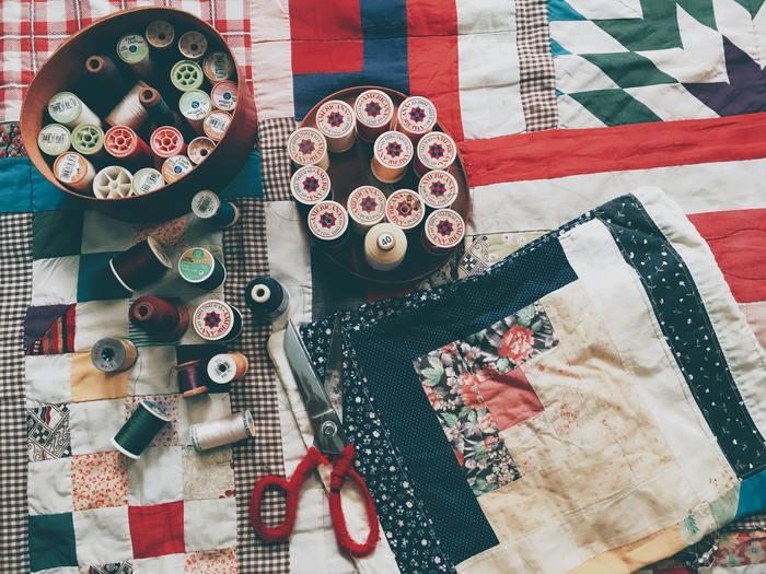 ハンドメイドだって、あえて未体験のものに挑戦してみましょう。例えば普段はミシンで手作りする、という方は手縫いで作るパッチワークや刺繍に挑戦してみたり、またアクセサリー作りなど金属を扱うハンドメイドも意外と簡単なので、慣れてしまえばピアスも5分程で作れちゃうのでオススメです♪