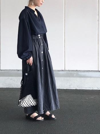 ブラックはどんな色にも合う万能カラーですが、あえてワントーンコーデで統一感を出し、おしゃれな雰囲気に。トップスのドロップショルダーデザインのブラウスが、よりラグジュアリーな印象の着こなしになっています。