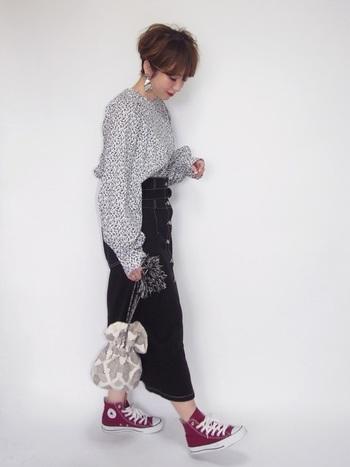 クールな印象のブラックデニムスカートに、お気に入りの花柄ブラウスをあわせてみましょう。簡単に「大人可愛い」スタイルが完成します。よく歩く日は、スニーカーをあわせて。