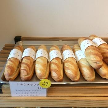 パリッと食感が楽しめるハードめなパンに、北海道産のコンデンスミルクとカルピスバターでつくられたミルククリームがたっぷり挟まれています。