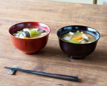ケヤキで作られた塗り椀はシンプルで縁の反りが美しい。汁物の他、ミニ丼に使っても。使い込むほどに艶が増す漆器です。