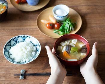 日本の食卓に欠かせないお皿や汁椀。漆塗りの器を使えば、ゆっくりと変化を楽しむことができます。毎日使うものだからこそ、味わいの深まるアイテムを選ぶのも大人の楽しみ方です。