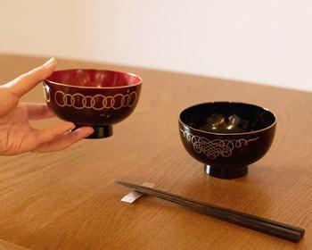 越前漆器の艶やかな光沢が美しい塗り椀です。繊細で大胆な金彩が華やかです。