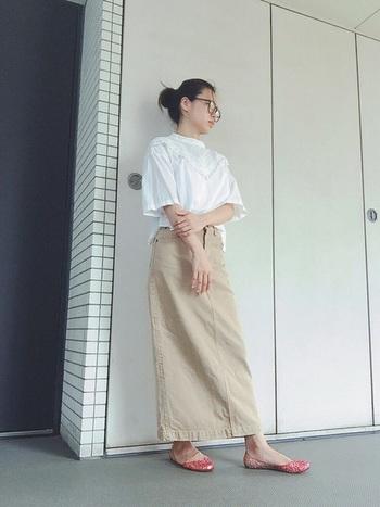 きれいめなベージュのデニムスカートには、シンプルな白ブラウスがぴったり!着飾りすぎない、こなれ感のある大人スタイルが素敵です。