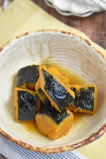 〈冷蔵保存:3日〉 一品添えるだけでぱっと明るくなる「黄色」のおかずも、毎日のお弁当に加えたいですよね。こちらはホクホクのかぼちゃを鶏だしで煮て、ごま油で風味付けした煮物料理です。ほんのりと甘いかぼちゃの煮物は、小さいお子さんのお弁当にもぜひおすすめです。