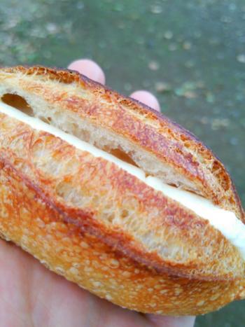 北海道の低水分バターが使われているミルククリームは力強いバゲットに負けず劣らずですが後味がすっきりしているのでいくらでも食べれちゃう魔力を持っています。癖になる美味しさのミルクフランスです。
