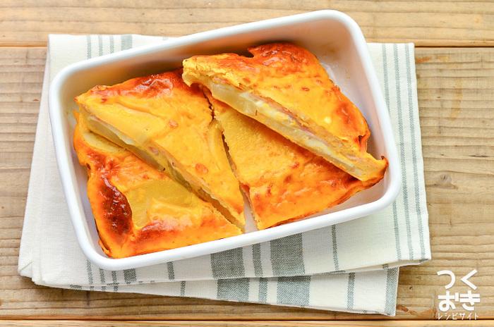 〈冷蔵保存:4日〉 ハムとチーズをじゃがいもでサンドしたオープンオムレツは、サンドイッチやピラフなど洋風のお弁当にぴったりの一品です。ハムの代わりにベーコンを使っても、美味しく作ることができますよ。オーブンで焼いた後しばらくおいて、冷めてからカットした方が形が崩れずに綺麗に切り分けられるそうです。