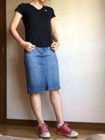 シルエットが綺麗だからこそ、Tシャツ1枚でもサマになるのがユニクロデニムの嬉しいところです。ウォッシュ加工が太ももの真ん中に縦ラインで施されているので、脚が綺麗に見えますよ♪脚見せに抵抗がある方は、レギンスを履いてもOK。